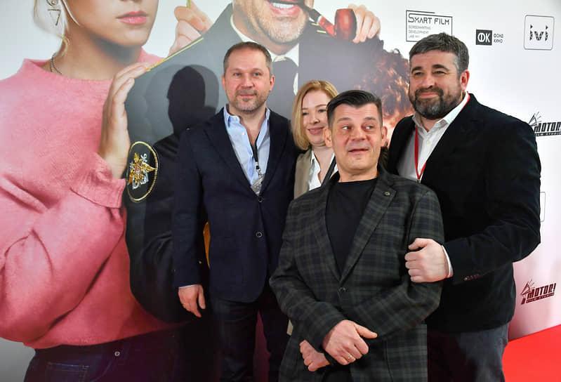 Режиссер Дмитрий Губарев (второй справа), продюсеры и сценаристы Михаил Курбатов (справа) и Анна Курбанова (в центре) на премьере фильма «Спасите Колю!»