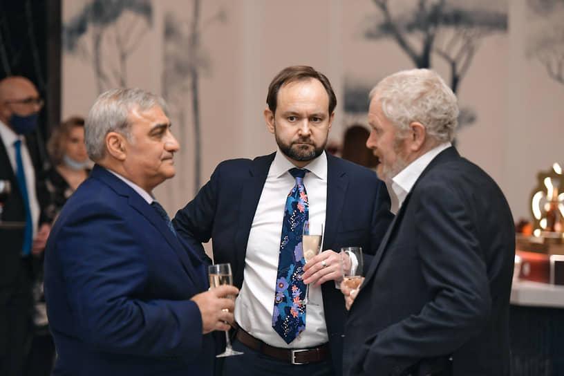 Советник министра финансов России Сергей Сторчак (справа) на премьере документального фильма «Крепость» в кинотеатре «Художественный», где проходило празднование дня рождения «Клуба 418»