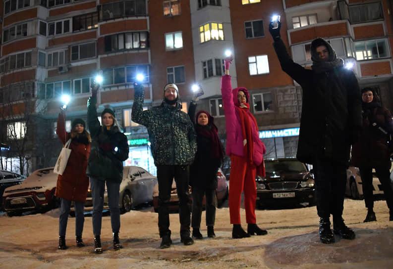 Москва. Участники акции «Любовь сильнее страха» около жилой многоэтажки