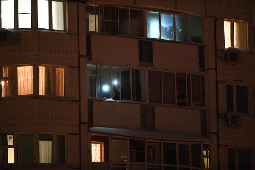 Москва. Участники акции «Любовь сильнее страха» с фонариками на балконах