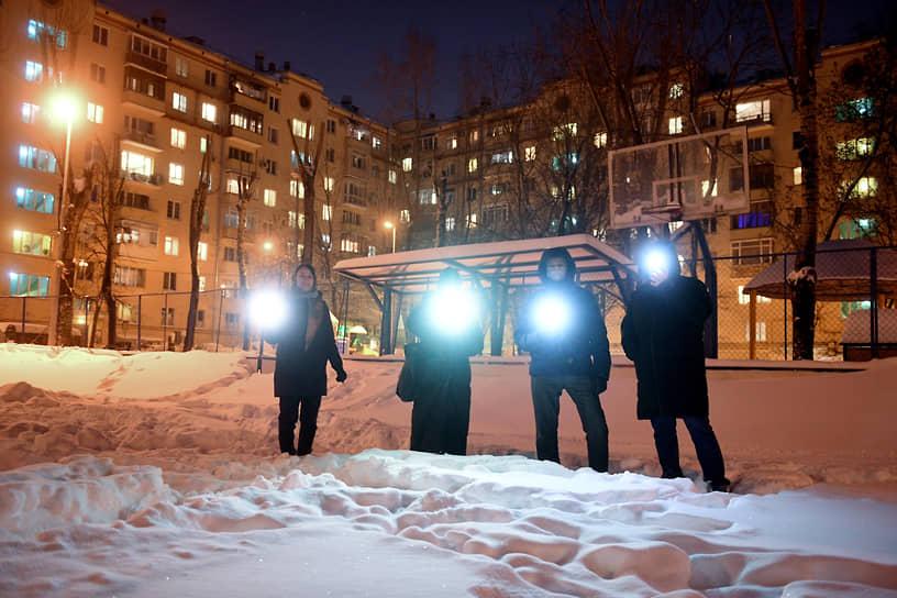 Москва. Участники акции «Любовь сильнее страха» во дворе жилого комплекса