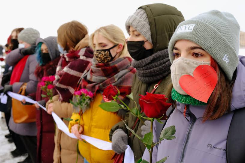 Участницы акции «Цепь солидарности и любви» в Санкт-Петербурге