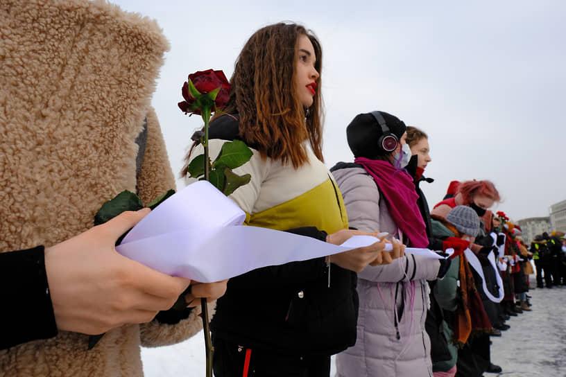 В акции участвовали несколько десятков человек — преимущественно девушки