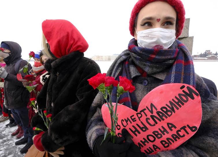 Участницы выстроились в цепь на Воскресенской набережной у памятника жертвам политических репрессий