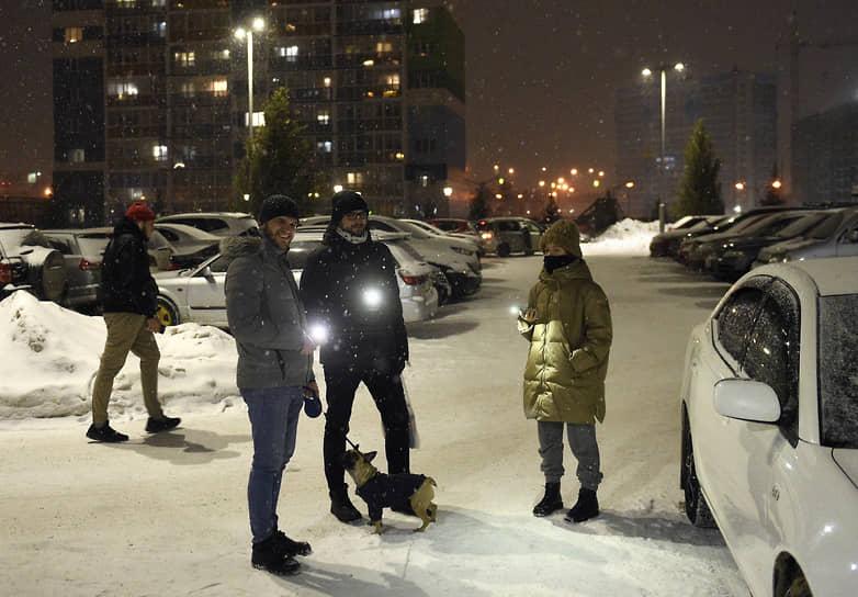 Новосибирск. Участники акции «Любовь сильнее страха» на улице