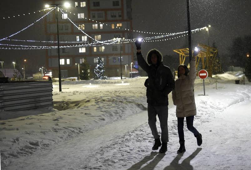 Новосибирск. Участники акции «Любовь сильнее страха» с включенными фонариками мобильных телефонов
