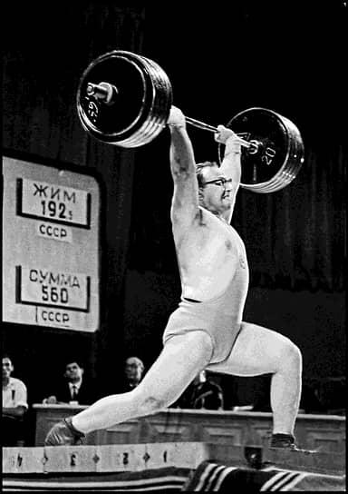 Установил 31 мировой рекорд, в том числе пять в троеборье: 537,5 кг (1960), 550 кг (1961), 557,5 кг (1963), 562,5 кг и 580 кг (1964), а также 41 рекорд СССР