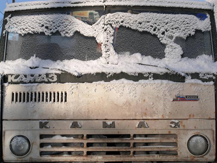 За 45 лет Камский автозавод выпустил больше 2,3 млн автомобилей. Каждый третий грузовик полной массой 14–40 тонн на дорогах России и стран СНГ — это КамАЗ. Марка стала народной, так, что любой большой грузовик часто называют «КамАЗом»