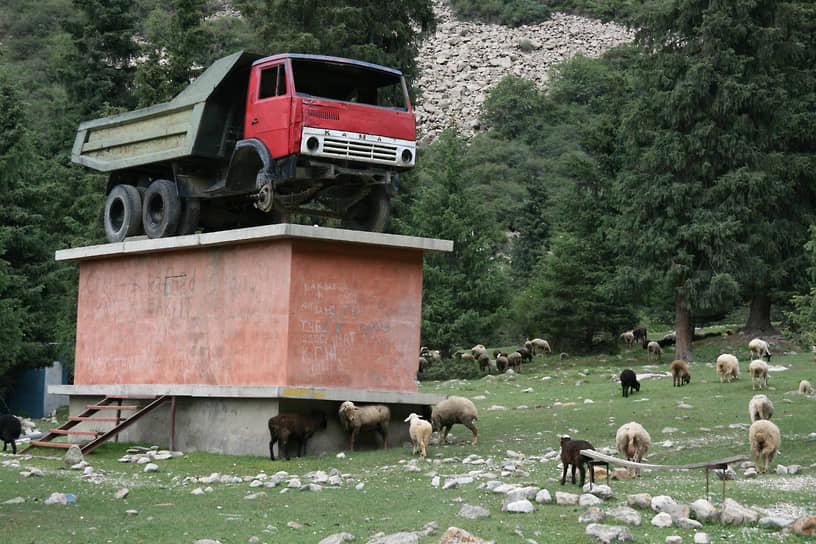 В Киргизии старый «КамАЗ» поставили на постамент как памятник
