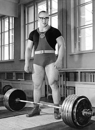 Первого успеха на чемпионатах СССР Власов достиг в 1958 году, заняв 3-е место (470 кг). А в 1959 году он захватил лидерство в супертяжелом весе. Легендарными стали оба олимпийских выступления Юрия Власова — как выигранное у американцев золото в Риме в 1960 году, так и серебро в Токио в 1964-м