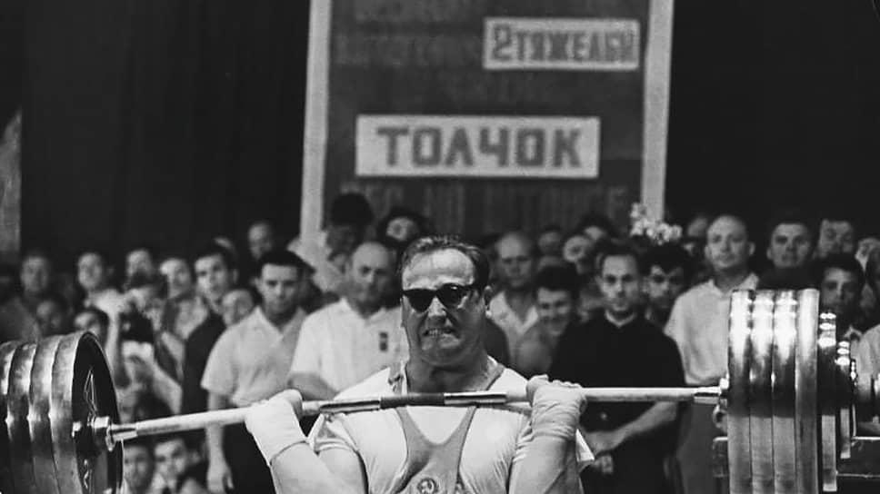 Юрий Петрович Власов родился 5 декабря 1935 года в Макеевке Донецкой области Украинской ССР. С юности занимался тяжелой атлетикой, выступал в весовой категории свыше 90 кг. С 1957 года входил в состав сборной СССР по этому виду спорта