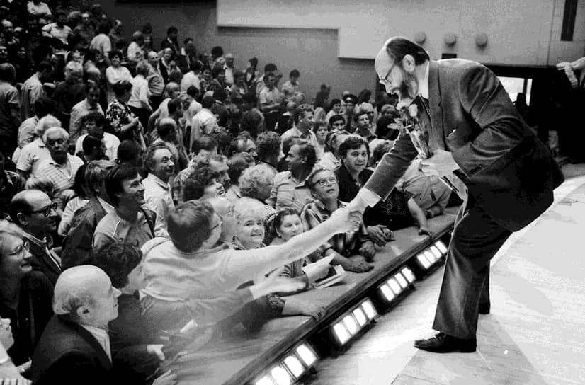 С 1989 по 1991 год Юрий Власов был народным депутатом СССР. Входил в Межрегиональную депутатскую группу. Благодаря частым выступлениям в прессе и по телевидению получил известность как противник коммунистической системы и сторонник демократических перемен