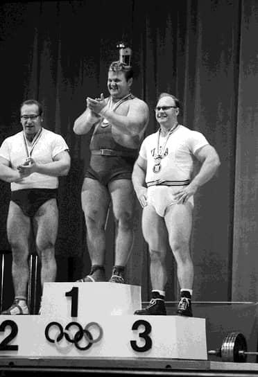 Непобедимый Юрий Власов (слева) проиграл на своей второй Олимпиаде в 1964 году в поединке с другим советским супертяжем Леонидом Жаботинским (в центре). Это поединок расколол болельщиков из СССР на два лагеря: на тех, кто считал Жаботинского героем, и тех, кто увидел в его триумфе торжество высшей несправедливости