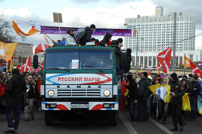 «КамАЗы» используют участники политических выступлений.<br> На фото: акция «Русский марш — все свои» в День народного единства в Москве, 2009 год