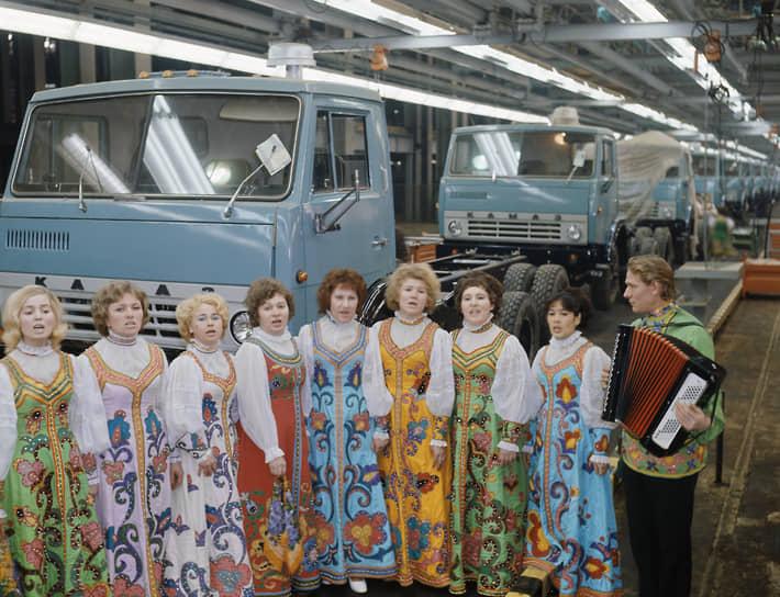 Первый серийный грузовик «КамАЗ-5320» был построен на базе прототипа ЗиЛ-170. В настоящее время этот экземпляр находится в музее. Акт о вводе в эксплуатацию первой очереди предприятия был подписан 29 декабря 1976 года.<br> На фото: самодеятельный вокальный коллектив завода во время выступления на пуске первого грузовика