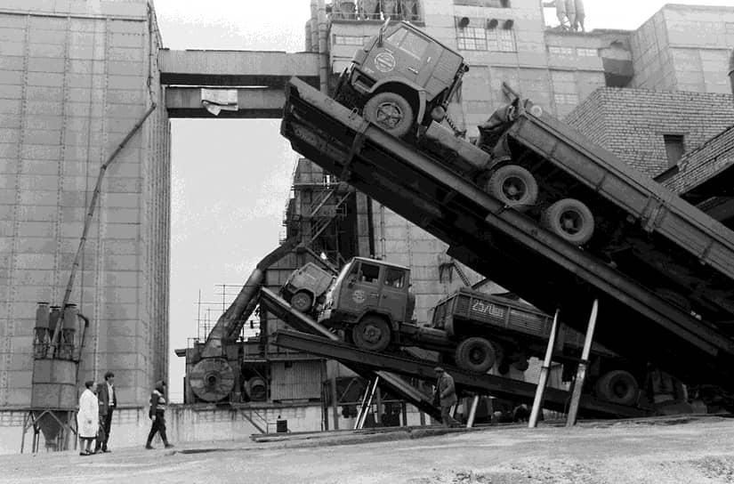 Население Набережных Челнов, в котором КамАЗ стал градообразующим предприятием, в 1970 году составляло 37 тыс. человек. Сейчас в городе почти 534 тыс. жителей.<br> На фото: разгрузка грузовиков с зерном