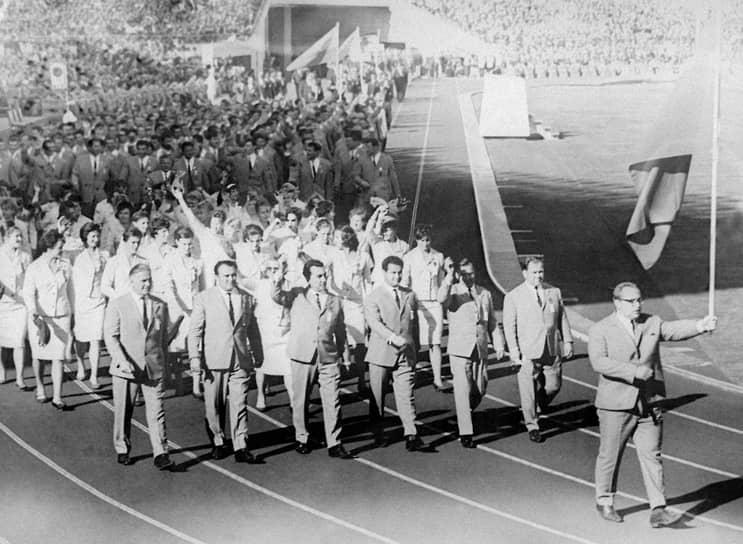 Власов был знаменосцем команды Советского Союза на летних Олимпийских играх в 1960 и 1964 годах<br> На фото: открытие Олимпиады в Токио в 1964 году