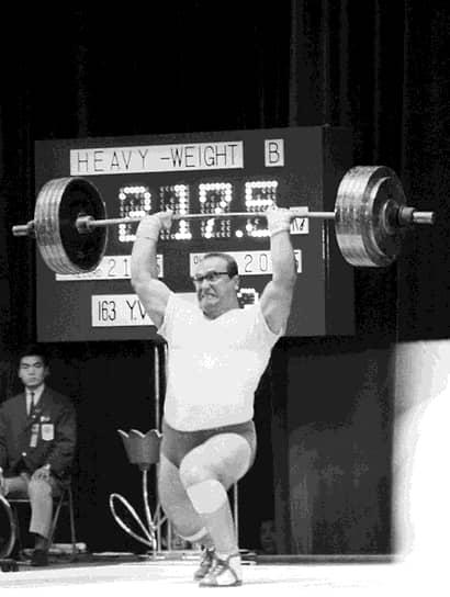15 апреля 1967 года Власов установил свой последний мировой рекорд. В 1968 году он завершил спортивную карьеру и был уволен в запас из ЦСКА в звании инженер-капитана