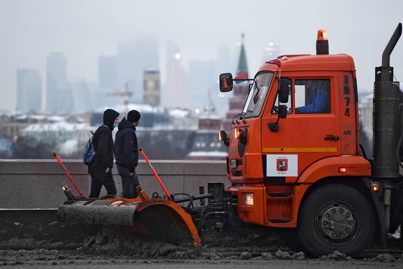 «КамАЗ» на уборке снега в Москве