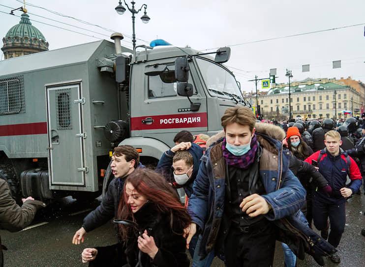 Используют грузовики и те, что следит за порядком во время митингов и акций.<br> На фото: «КамАЗ» Росгвардии на несогласованном митинге в в поддержку Алексея Навального, 23 января 2021 года