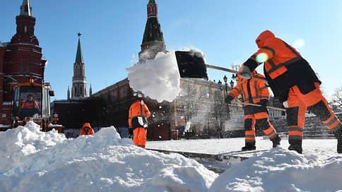 Снегу в Москве противостоят до ста полков дворников // Столицу зачищают 116 тыс. коммунальщиков и 15 тыс. единиц техники
