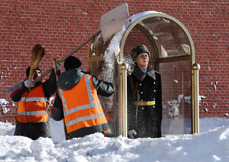 Москва, Россия. Сотрудники коммунальных служб во время уборки снега у Вечного огня в Александровском саду