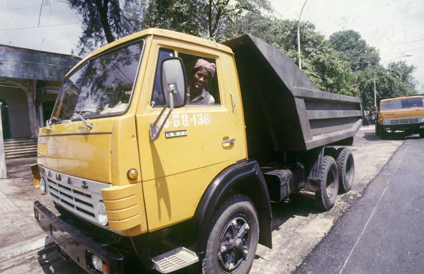 Продукция КамАЗа экспортируется в более 40 стран мира, дилерские представительства открыты в странах Евросоюза, на Кубе, в Венесуэле, Индии, Монголии, Индонезии и других государствах.<br> На фото: «КамАЗы» на дорогах Народной Республики Кампучия (Камбоджа), 1985 год