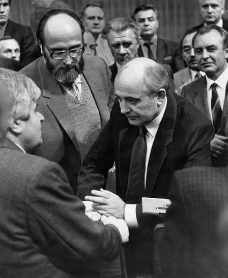 На съезде 31 мая 1989 года он выступил с речью, в которой подверг острой критике КПСС и КГБ. Осенью 1989 года вышел из партии. В августе 1991 года выступил против попытки государственного переворота, предпринятой ГКЧП<br> На фото: председатель Моссовета Гавриил Попов (слева), Юрий Власов и президент СССР Михаил Горбачев