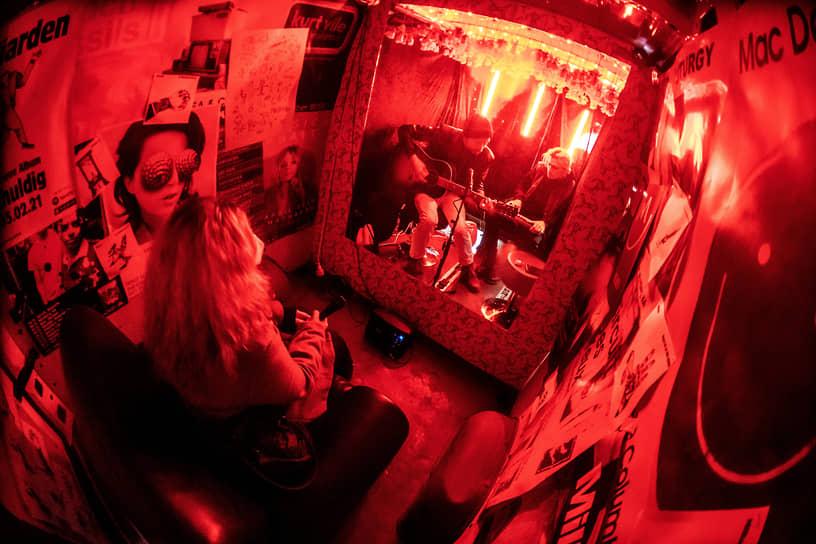 Берлин, Германия. Немецкая рок-группа Milliarden дает концерт в фургоне для фаната, отделенного стеклом
