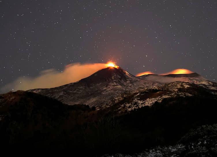 Форнаццо, Италия. Извержение вулкана Этна