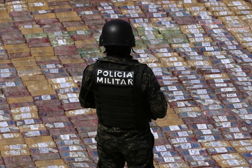 Тегусигальпа, Гондурас. Офицер полиции у пакетов с кокаином, изъятых во время полицейских операций