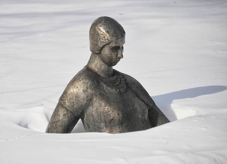 Москва, Россия. Засыпанная снегом скульптура в парке «Музеон»
