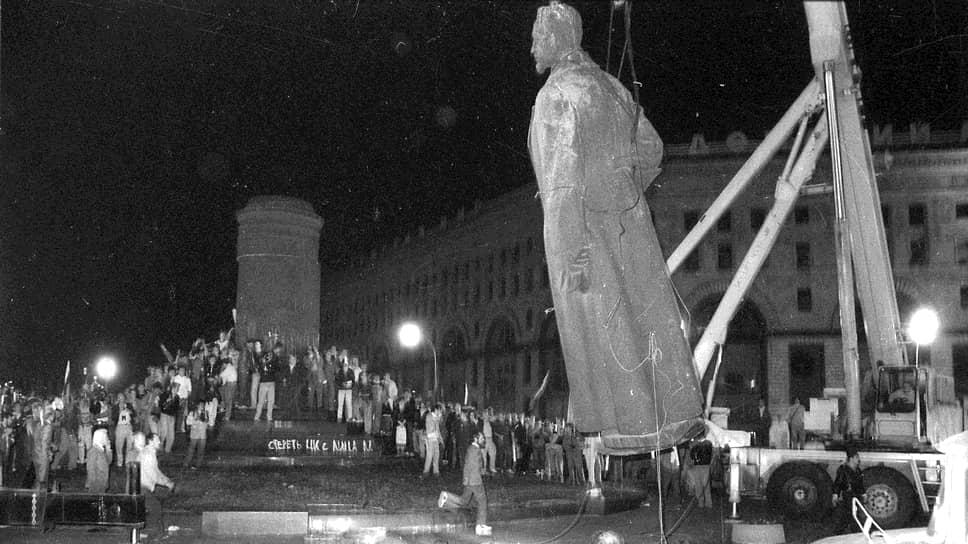 1991 год. Демонтаж памятника наркому внутренних дел Феликсу Дзержинскому на Лубянской площади