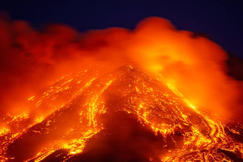 Итальянские вулканологи заявили, что пока извержение не опасно для окрестных городов
