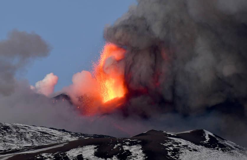 Его извержения в последние годы происходят раз в несколько месяцев