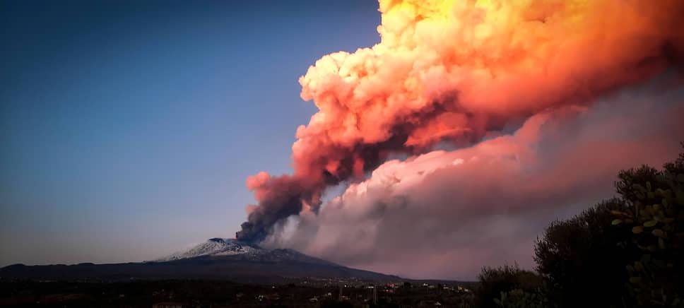 Высота выбросов пепла превышает 1 км