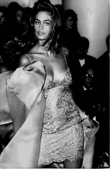 <b>«Секрет моего успеха как раз в том и заключался, что я простая американская девушка, сексуальная, но не опасная»</b><br> Отличительная особенность Синди Кроуфорд — родинка над губой. Интересно, что изображение родинки было удалено со многих ее ранних модельных фотографий