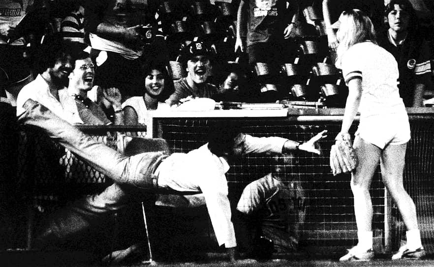 В 1986 году Синди Кроуфорд заняла 2-е место на конкурсе Elite Model Look. С этого момента ее модельная карьера стала успешно развиваться<br> На фото: Синди (справа) на бейсбольном мачте в 1980-х годах