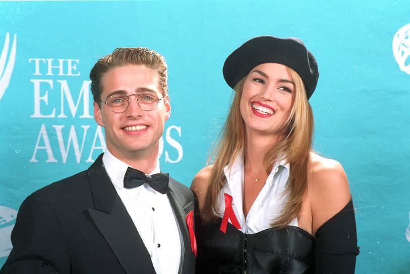 В конце 1980-х — начале 1990х годов Синди Кроуфорд стала мировой супермоделью. В 1989-м она стала лицом косметической марки Revlon. Gianne Versace и Escada приглашали ее на работу.<br>  На фото: модель с актером Джейсоном Пристли, 1992 год