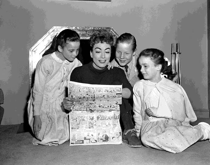 <b> «У нас была простая жизнь: двери нараспашку, сад, полный дом родственников»</b><br> Синди Кроуфорд родилась 20 февраля 1966 года в городе Де-Калб (штат Иллинойс). Ее отец работал электриком, мать была медсестрой. В семье было три дочери и сын Джефф, который умер от лейкемии, когда Синди было 10 лет.<br> На фото: 8-летняя Синди (слева) с матерью и сестрами