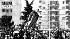 После демонтажа бронзовых скульптур Сталина 20 февраля 1991 года дошла очередь и до бронзового Энвера Ходжи
