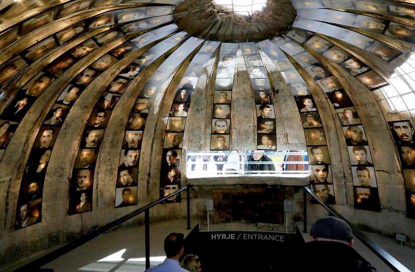 МузейBunk`Art2.При входе посетителей встречают фотографии жертв политических репрессий