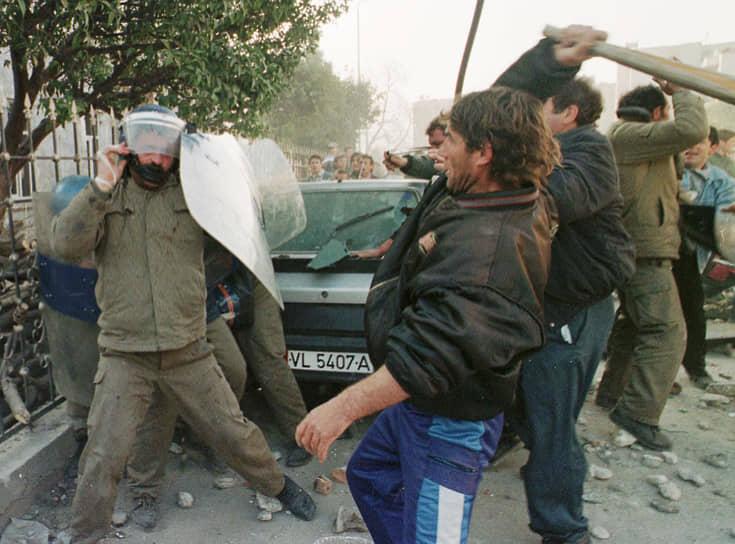 Крах финансовых пирамид в 1997 году спровоцировал массовые беспорядки, сопровождавшиеся насилием. Обманутые вкладчики винили в своем банкротстве государство