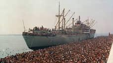 """Тысячи албанцев не стали дожидаться перемен в своей стране, а решили попытать счастья в дивном капиталистическом мире. На фото – сухогруз """"Влера"""", захваченный беженцами, в итальянском порту Бари. 8 августа 1991 года"""