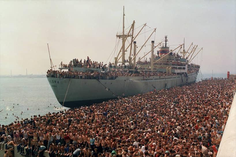 Тысячи албанцев не стали дожидаться перемен в своей стране, а решили попытать счастья в дивном капиталистическом мире. На фото – сухогруз «Влера», захваченный беженцами, в итальянском порту Бари. 8 августа 1991 года