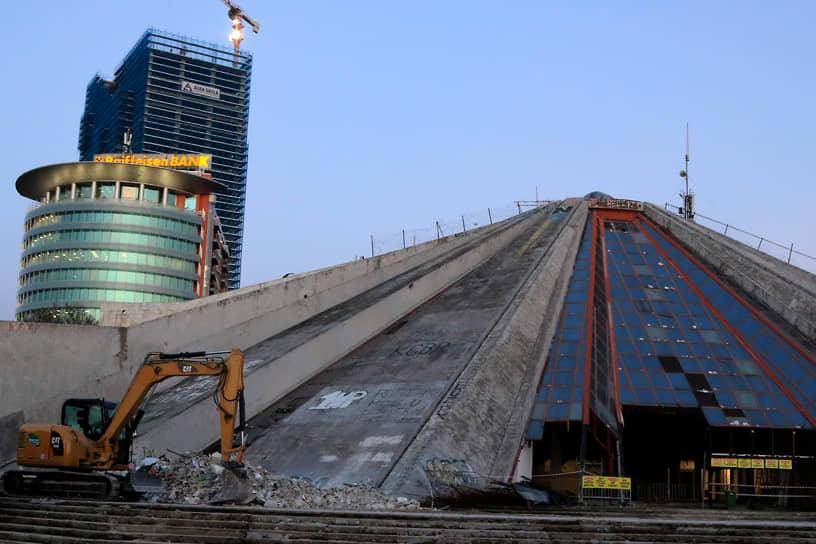 В октябре 1988 года в этом здании открылся музей Энвера Ходжи, просуществовавший до 1991 года. Впоследствии здание так называемой Пирамиды Тираны было заброшено и пришло в запустение