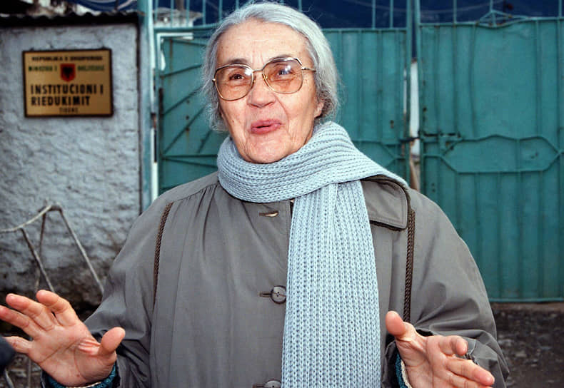 НеджмиеХоджа, «леди Макбет Албании», вдова диктатора. Многие считали ее ответственной за преступления коммунистического режима, но осуждена она была не за это, а за покупку кофе на казенные деньги