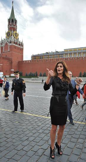 Синди Кроуфорд была очень популярна в России и несколько раз посещала Москву. В 2011 году она открыла в ГУМе обновленный бутик Omega, после чего прогулялась по Красной площади