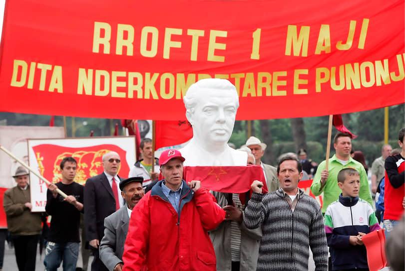 Бюст Энвера Ходжи, участник первомайской демонстрации2007 года в Тиране
