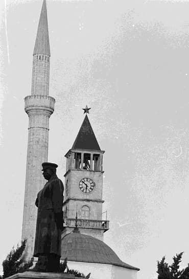 Памятник Сталину на центральной площади Тираны был воздвигнут к 72-летию советского вождя